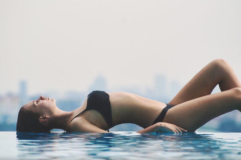 水辺に横たわる女性画像